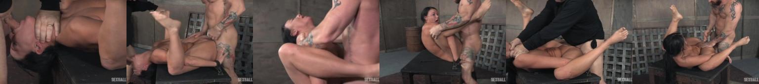 Dwóch napaleńców torturuje napaloną dziwkę.