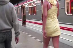 Nažhavené trio si zašuká během jízdy pražským metrem – české porno