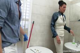 Pissing porno w publicznej toalecie